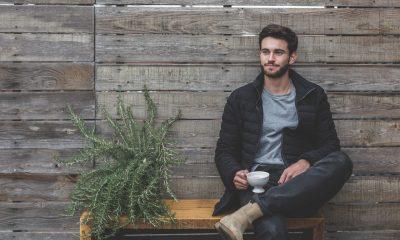 Mand sidder og drikker kaffe udenfor