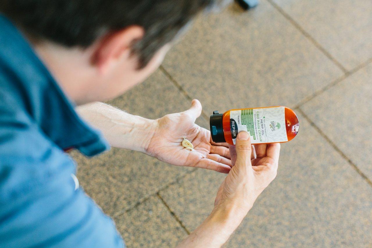 Mand tager cbd olie creme på hans hænder
