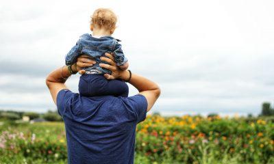 Far og sit barn går en tur