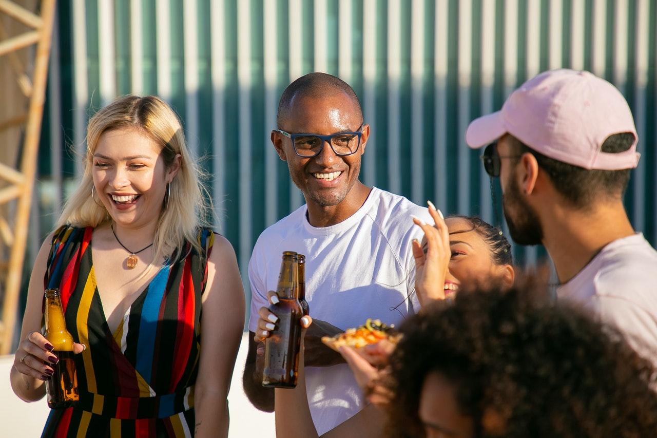 Folk drikker alkohol til fest