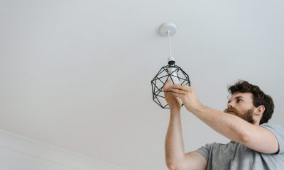 Person skifter pære i loftet