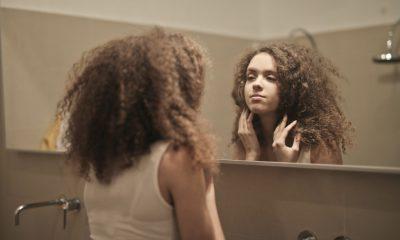 Ung kvinde kigger sig selv i spejlet