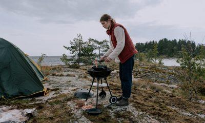 Kvinde laver mad udenfor i naturen